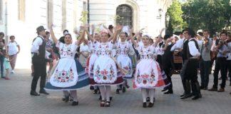 Táncos - zenés kavalkád a Dobó téren